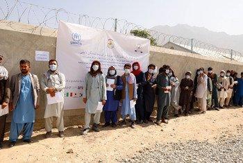 Des personnes déplacées font la queue sur un site de distribution à Kaboul, en Afghanistan.