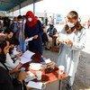 Внутренние переселенцы получают помощь в Кабуле, Афганистан.