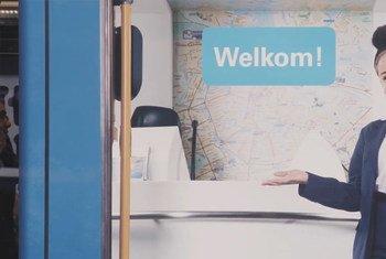 """На этом плакате в Амстердаме написано """"Добро пожаловать!"""". однако не все иммигранты и даже рожденные в стране дети оказываются желанными."""