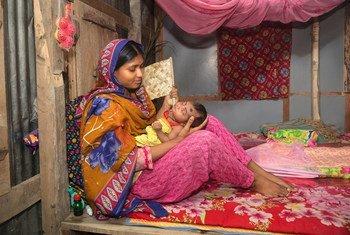 Au Bangladesh, une mère tient dans ses bras son bébé de 27 jours qui vient de rentrer à la maison après 8 jours d'hospitalisation pour une pneumonie.