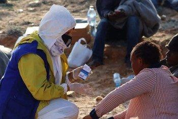 Des survivants d'un naufrage au large des côtes libyennes assistés par le personnel de l'OIM.