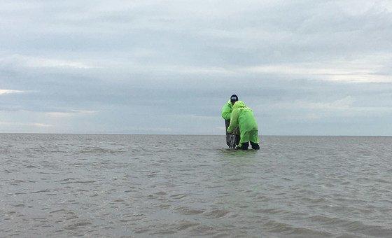 Для экспедиции было закуплено необходимое оборудование, в том числе и спецаильные костюмы, в которых осуществляли забор проб воды