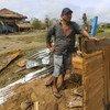 Un hombre inspecciona los daños de su casa tras el paso del huracán ETA por Puerto Cabezas, la principal ciudad de la región del Caribe septentrional de Nicaragua.