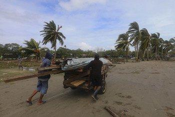 Moradores de Puerto Cabezas, a principal cidade da região norte da Nicarágua, após a passagem do furacão Eta.