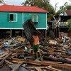 Un residente de Puerto Cabezas en Nicaragua limpia los escombros de su casa después del paso del Huracán Eta.