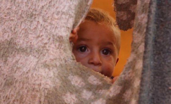 Criança refugiada um acampamento de deslocados em Idlib.