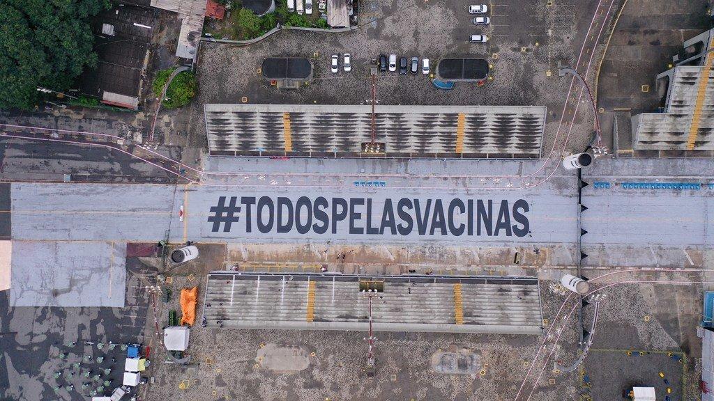 """Un mensaje de """"Todos por las vacunas"""" en el sambódromo de Sao Paulo, Brasil"""