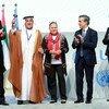 يوري فيدوتوف (الأول من اليمين)، المدير التنفيذي لمكتب الأمم المتحدة المعني بالمخدرات والجريمة والسيد حارب العميمي (الثاني من اليسار)، رئيس ديوان المحاسبة في الإمارات العربية المتحدة، ورئيس المؤتمر، خلال الدورة الثامنة لمؤتمر الدول الأطراف في اتفاقية الأمم المتحدة لمكافحة الفساد في أبو ظبي.