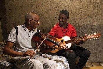 Sr. Olímpio, no violino, e Manel Caloti, na guitarra, tocam mornas