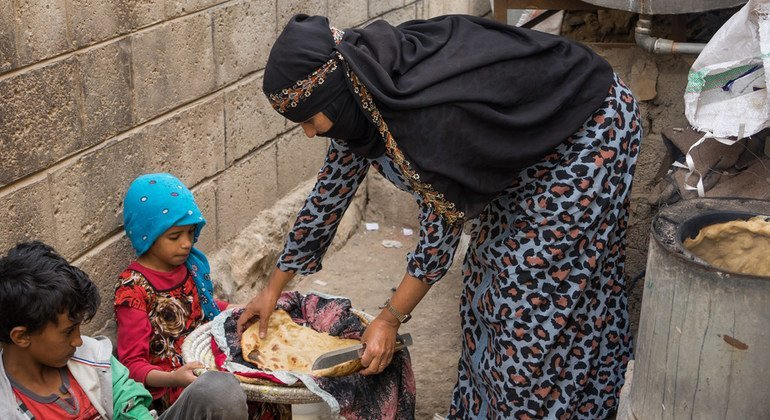 أفراح تقضي ثلاث ساعات لعمل رغيفين من الخبز لأطفالها، مع عدم وجود الغاز وعدم كفاية الطحين.