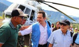 El responsable de la Misión de Verificación de las Naciones Unidas en Colombia, Carlos Ruiz Massieu (centro), saluda a un excombatiente durante un viaje al departamento de Antioquia.