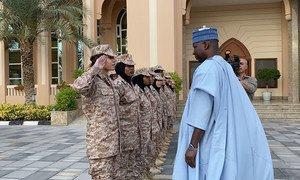 联合国大会主席班德在阿布扎比的库拉·本·阿兹瓦妇女军事学院会见参加军事和维持和平训练计划的学员。