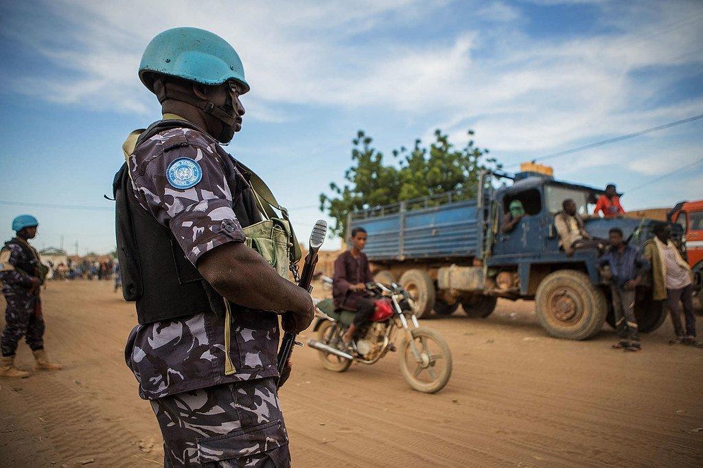 Des Casques bleus de l'ONU en patrouille à Menaka, dans le nord-est du Mali.