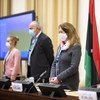 الممثلة الخاصة بالإنابة للأمين العام ستيفاني ويليامز ووفود الأطراف الليبية يستمعون إلى النشيد الوطني الليبي في بداية اجتماع اللجنة الاستشارية لمنتدى الحوار السياسي الليبي بجنيف. 13 كانون الثاني/يناير 2020.