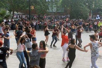 Pessoas dançando em protesto em Santiago, no Chile. Grupo Las Tesis que se especializou em apresentações relâmpagos pelas ruas do país