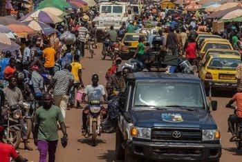 Une scène de marché animée en République centrafricaine.