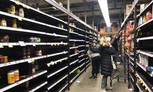 رفوف العديد من المحلات التجارية في مدينة نيويورك فارغة مع استعداد الناس للبقاء في المنزل لتجنب التعرض لمصابين بالفيروس.