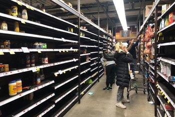 Las estanter'ias de muchos supermercados en la ciudad de Nueva York están vacías después de que la ciudad declarase el estado de emergencia debido al coronavirus y la gente se haya preparado para evitar el coronavirus.