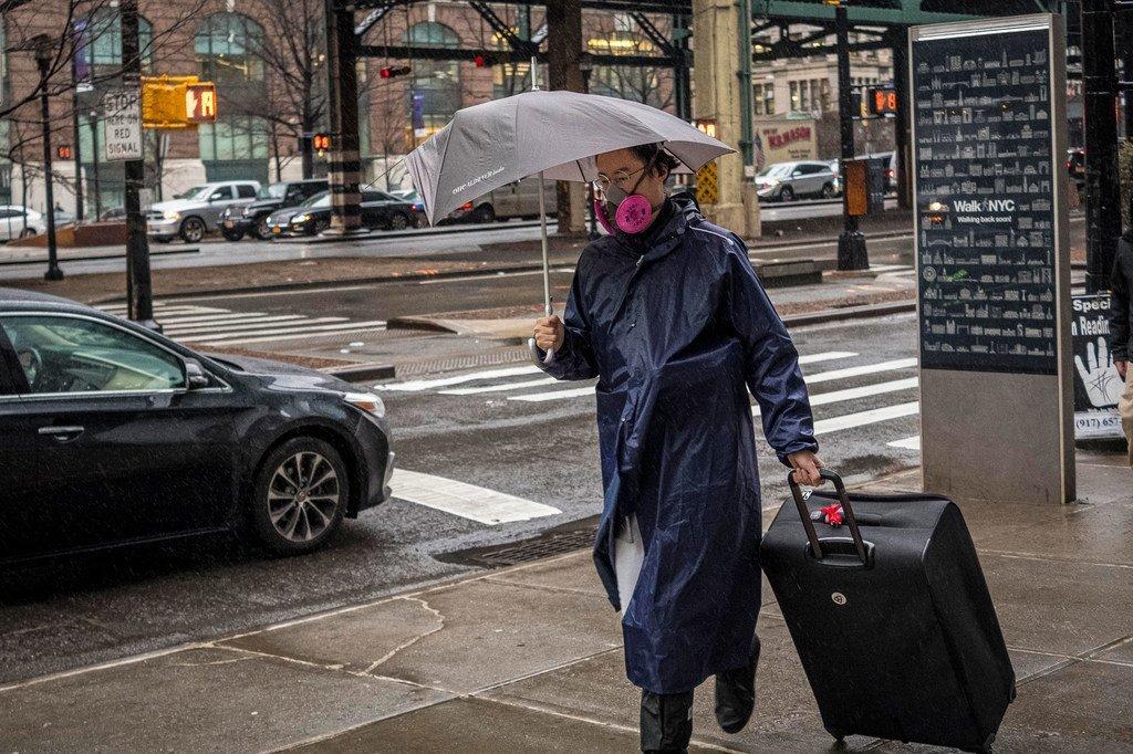 Mkazi wa jiji la New York, nchini Marekani akiwa amevaa barakoa kujikinga dhidi ya virusi vya Corona, COVID-19.