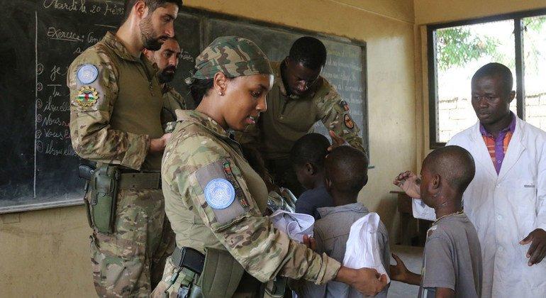 Soldados de manutenção da paz da ONU do contingente português na República Centro-Africana prestam cuidados de saúde a crianças na capital, Bangui