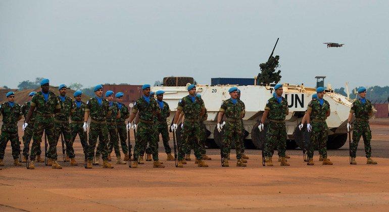 Soldados de paz pefilados em formatura de guarda de honra na base da Minusca em Bangui, na República Centro-Africana