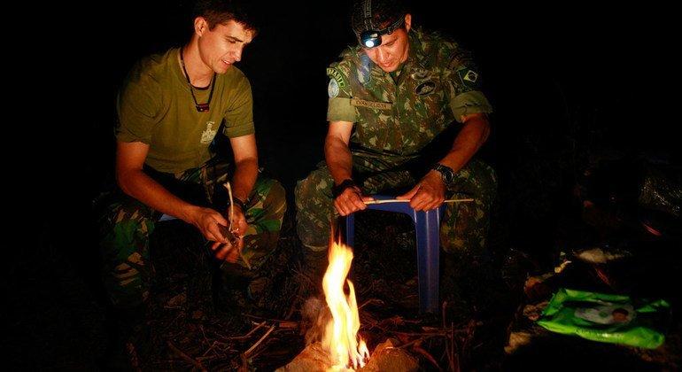 O boina-azul português, Telmo Sentieiro (à esquerda) prepara o jantar com um colega brasileiro nas montanhas do Timor Leste.