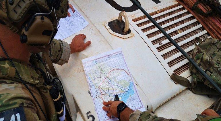 Forças de paz portuguesas da ONU planejam sua rota durante a patrulha na República Centro-Africana