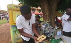 Fred Kanyike mjasiriamali ambaye anatumia mashine kukamua juisi ya miwa na kuajiri vijana wengine katika viunga vya mji mkuu wa Uganda, Kampala.
