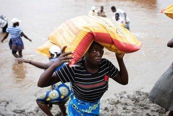 Kimbuga Idai kilichopita mji wa Beira nchini Msumbiji mwaka 2019 kilikuwa na madhara makubwa.Pichani wananchi wakiendelea kupokea msaada mwaka mmoja tangu janga hilo.
