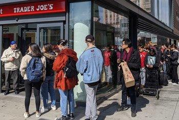 Para protegerse contra la pandemia de COVID-19, muchos neoyorquinos están comprando comida en preparación para su confinamiento.