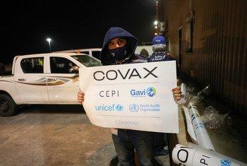 استلم الأردن في 12 من آذار الشحنة الأولى من لقاح استرازينيكا المضاد لكوفيد-19 والتي تحتوي على 144,000 جرعة و ذلك عن طريق مرفق كوفاكس في مطار الملكة علياء الدولي، في عمان.