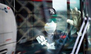 Un conductor de autobús en la ciudad de Nueva York lleva una mascarilla para protegerse del coronavirus
