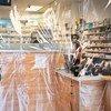 صيدلية في حي إستوريا في كوينز تبيع المعدات الوقائية خلال تفشي فيروس كورونا في مدينة نيويورك