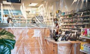 न्यूयॉर्क के एस्टोरिया इलाक़े में एक फ़ार्मेसी में बचाव के लिए प्लास्टिक शीट को लगाया गया है.