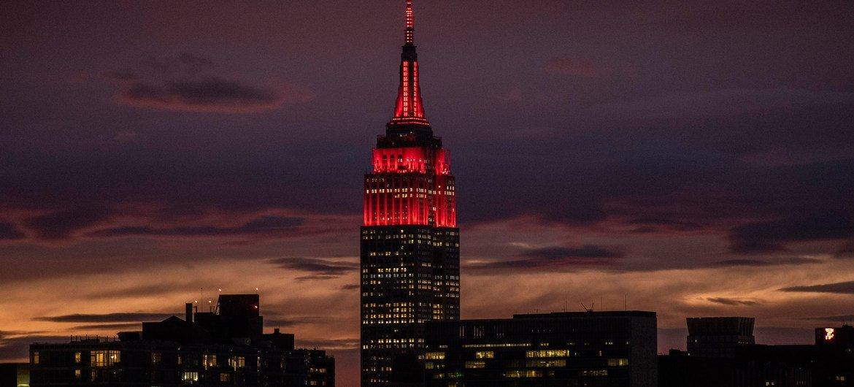 纽约2019冠状病毒病暴发期间,帝国大厦被点亮为红色,以向救急反应人员致敬
