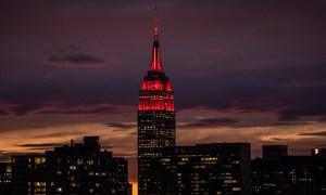 लाल रौशनी से प्रकाशमान एम्पायर स्टेट इमारत विश्वव्यापी महामारी के ख़िलाफ़ लड़ाई में अग्रिम मोर्चे पर जुटे स्वास्थ्य व राहतकर्मियों को श्रृद्धांजलि का प्रतीक है.