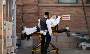 ब्रुकलिन इलाक़े के एक मेडिकल सेन्टर में एक मरीज़ को लाया गया है.