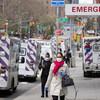 Des ambulances attendent devant un hôpital à New York dans le cadre de la lutte contre le coronavirus.