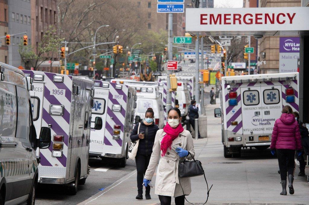 Des ambulances attendent devant l'hôpital Bellevue à New York dans le cadre de la lutte contre le coronavirus.