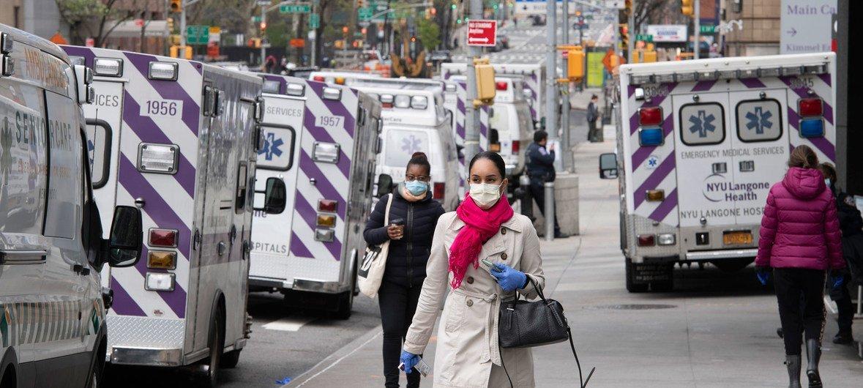 作为2019冠状病毒病应对措施的一部分,救护车在纽约贝尔维尤医院(Bellevue Hospital)外排队等候。
