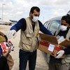 Несмотря на пандемию COVID-19, ООН доставляет продовольствие самым уязвимым - таким, как эти обитатели лагеря в Сирии.