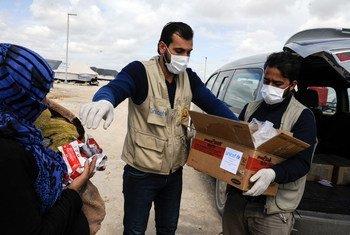 توزيع الطعام في الرقة بسوريا - اليونيسف في مخيم محمودلي تساعد الأطفال الذين يعانون من سوء التغذية