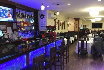 位于曼哈顿中城的草堂餐厅由于2019冠状病毒疫情生意受到严重影响。图为疫情发生后店内空荡荡的酒吧。