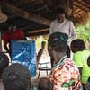 Wanakijiji nchini Sudan Kusini wakijifunza kuhusu hatari ya viusi vya Corona. Mafunzo haya yanatolewa na shirika mdau na UNICEF.