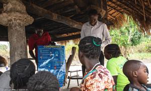 南苏丹一座村庄的居民正在接受防疫知识宣传教育。