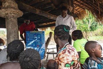 Des villageois du Soudan du Sud apprennent les dangers du coronavirus grâce à une organisation partenaire de l'UNICEF.