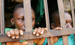 贝宁阿波美两名年轻囚犯在监狱牢房里。