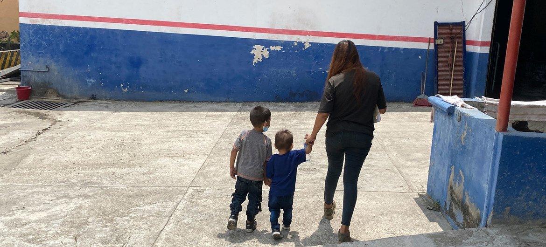 Una madre salvadoreña junto a sus dos hijos caminan a un centro de registro para solicitudes de Asilo en el sur de México.