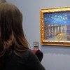 पेरिस के एक संग्रहालय में, एक महिला विन्सेंट वॉन गॉफ़ की एक पेंटिंग (1888) को निहारते हुए.