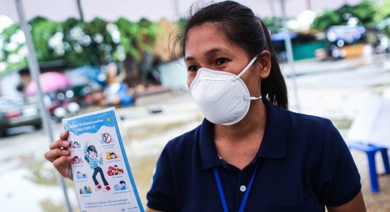 أثناء انتشار جائحة الفيروس التاجي، تعمل الوكالات الأممية على نشر نصائح الصحة النفسية للأطفال والأسر في مجتمع رونجواي في بانكوك، تايلند.
